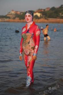 พบกับ เฟซกินี่ ชุดว่ายน้ำสุดเริ่ด ได้ไอเดียจากงิ้วจีน เหมาะสำหรับคนกลัวแดด